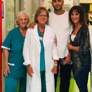 Mahmood regala un pomeriggio di gioia ai piccoli pazienti del Salesi con una visita a sorpresa