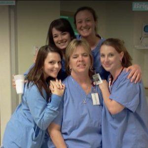 Oltre 100 colleghi rendono omaggio all'infermiera che ha deciso di donare gli organi dopo il decesso
