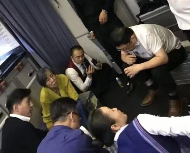 Tragedia sfiorata su volo aereo: medico succhia 850 ml di urine dalla vescica di un passeggero per evitarne la rottura